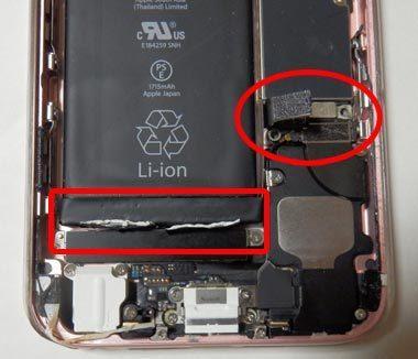iPhoneのバッテリーコネクタと両面テープを剥がす